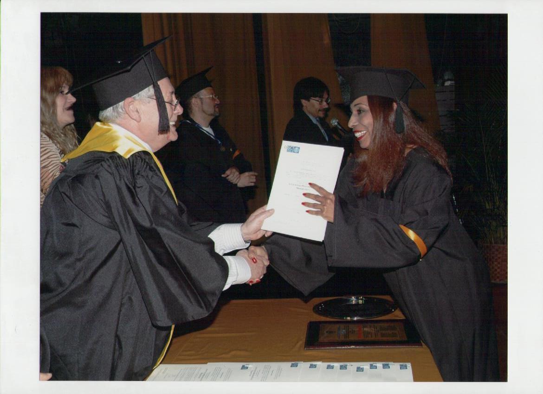 soledad-yriza-recibiendo-diploma-de-experto-universitario