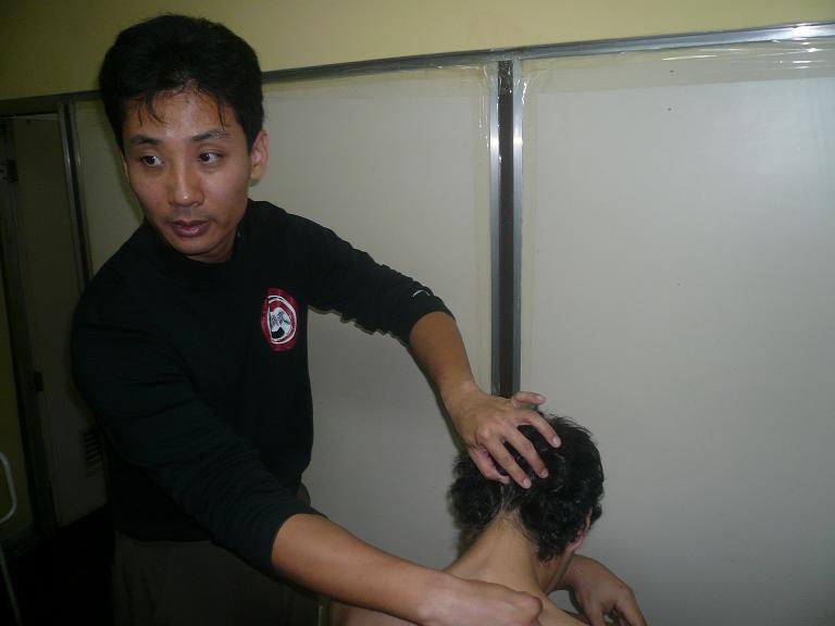 Maestro Chen haciendo Tui Na
