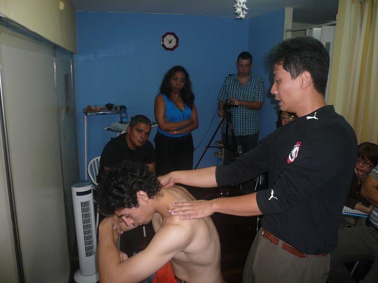 Maestro Chen con Paciente en el Curso de Tui Na